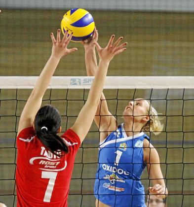 Cati Pol intenta superar el bloqueo de la croata Tadic.
