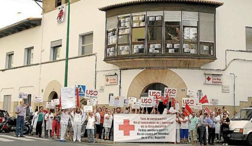 El personal de Creu Roja, protestando en 2013, contra un posible cierre.