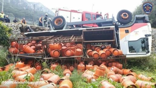 Se han vivido momentos de tensión debido a la cercanía de una gasolinera, que se encuentra a 20 metros de donde se ha esparcido la carga del camión.