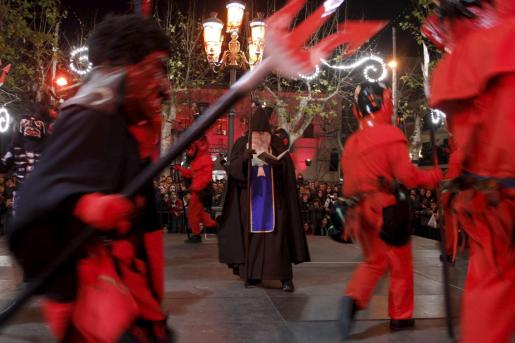 Baile de 'dimonis' y Sant Antoni en la 'Nit Bruixa' de sa Pobla.