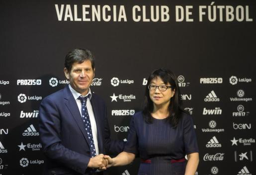 La presidenta del Valencia, Lay Hoon Chan, posa con el nuevo director general del Valencia CF, Mateu Alemany.