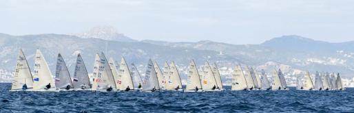 Salida de la clase Finn durante el 48 trofeo Princesa Sofía que se disputa en la Bahía de Palma.