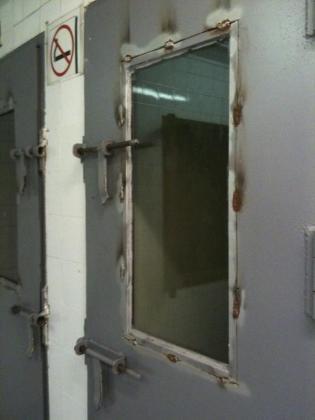 Puertas metálicas de acceso a las celdas de Sant Ferran.