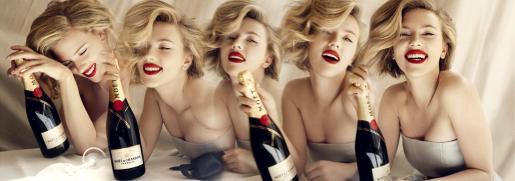 """Foto facilitada por la casa de champán francés Moët Chandon que ha presentado hoy a Scarlett Johansson como protagonista de su nueva campaña publicitaria, en la que la actriz estadounidense aparece rodeada del """"glamour"""" inherente a la marca. En dos de las tres fotografías facilitadas, la neoyorquina se muestra con su melena rubia revuelta y con los labios pintados de rojo, sonriendo junto a la botella de la famosa bodega."""