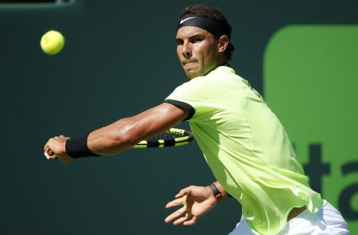 El tenista Rafael Nadal responde una bola ante Nicolas Mahut.