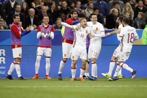 Gerard Deulofeu celebra con sus compañeros su gol ante Francia.