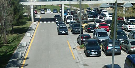 Vehículos aparcados en el párking rotatorio exterior sobre la línea amarilla porque el resto de la zona está llena.
