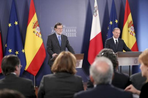 El presidente español, Mariano Rajoy junto al primer ministro maltés y presidente de turno de la UE, Joseph Muscat durante la rueda de prensa tras su encuentro en el Castillo de Auberge en La Valeta (Malta).