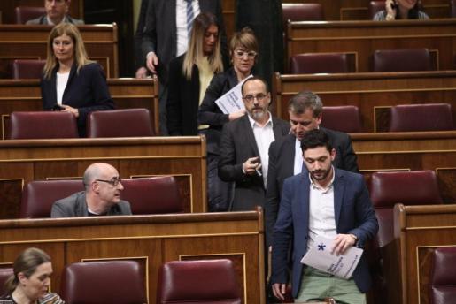 Los diputados de partidos nacionalistas catalanes como el PDeCAT y ERC, junto a Unidos Podemos y Compromís, abandonando el hemiciclo.