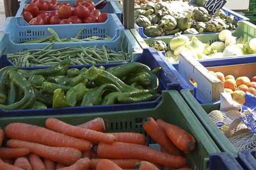En el mercadillo semanal de Cala Millor se pueden encontrar frutas y verduras, entre otros productos.