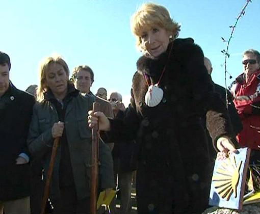 La presidenta de Madrid, Esperanza Aguirre, recorrió ayer alguno metros del Camino de Santiago.