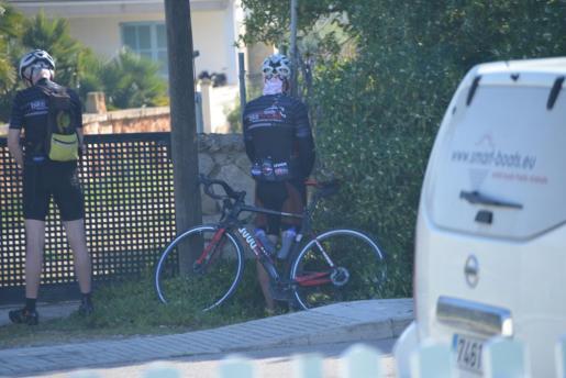 Dos de los ciclistas que «desembarcaron» este jueves en diferentes puntos del Port de Andratx.