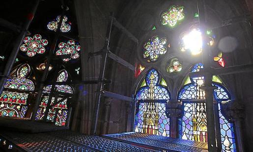 Los vitrales restaurados e instalados en la Seu. Los andamios se desmontarán esta semana.