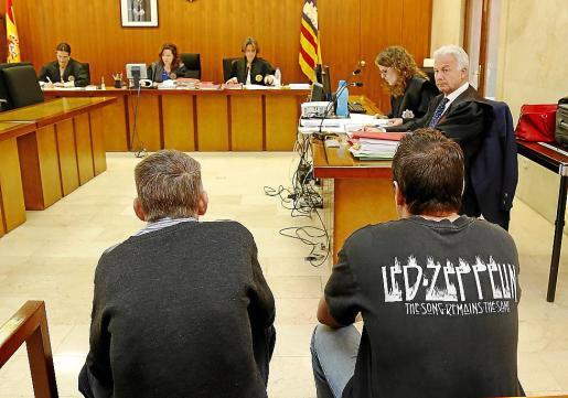 Los dos acusados, en el banquillo de la Audiencia Provincial.