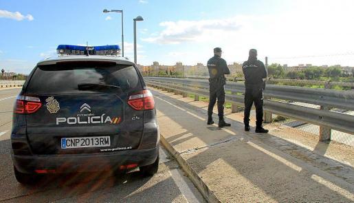 Agentes del Cuerpo Nacional de Policía vigilaron los puentes de las autopistas de Palma.