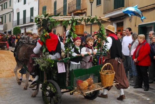 Carros, mulos, caballos y trajes de payés recuerdan a la cultura popular mallorquina en las Beneïdes de Andratx.