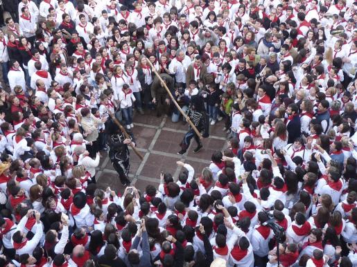 Artà se tiñe de camisas blancas y pañuelos rojos en el Ball de Dimonis en la Plaça de l'Ajuntament.