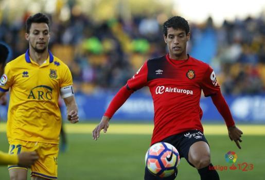 Imagen del Alcorcón-Mallorca que se está jugando en el estadio de Santo Domingo. En la imagen el mallorquinista Moutinho.
