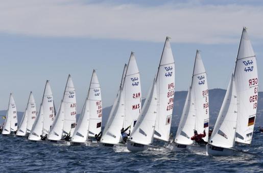 Un momento de la competición de la clase 470 del Trofeo S.A.R. Princesa Sofía, que se disputa en aguas de la bahía de Palma.