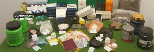 Como resultado, captaron un total de 200 gramos de cocaína, 400 gramos de marihuana en cogollos, dos gramos de cristal MDA y 90 gramos de hachís, sustancias de corte, anabolizantes y teléfonos móviles.