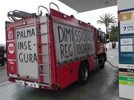 Uno de los camiones que ha sido pintado con lemas reivindicativos.