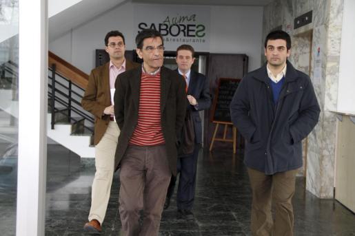 Miguel Oliver y Antoni Morages, en primer plano. Detrás, sus abogados, José Ignacio Herrero y Valeriano Marqués.