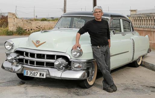 Antonio Martínez, junto a su Cadillac de Ville de 1953, un modelo muy popular en Norteamérica.