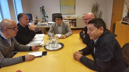 Un momento de la reunión entre cargos de la conselleria de Treball y representantes de la empresa Eroski.
