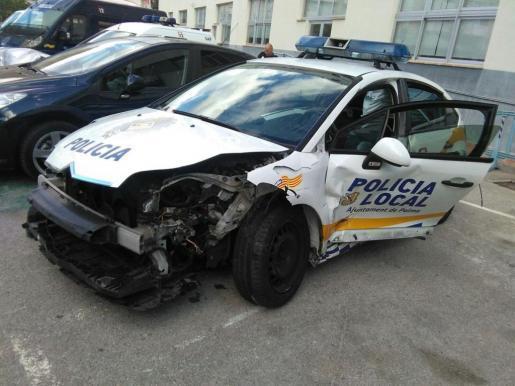 Estado en el que quedó el coche policial que interrumpió la huida del conductor.