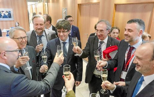 Carles Puigdemont, el conseller balear Martí March, el conseller catalán Santiago Vila y el secretario de Estado de Cultura, Fernando Benzo, brindan con las autoridades italianas.