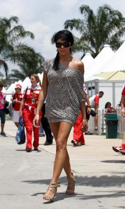 La esposa del piloto español de Fórmula Uno Fernando Alonso, Raquel del Rosario, camina por el circuito de Sepang.