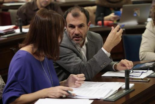 Biel Barceló, conversando con Francina Armengol, en una imagen de archivo.