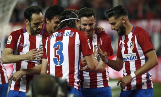 El defensa brasileño del Atlético de Madrid Filipe Luis celebra su gol con sus compañeros.