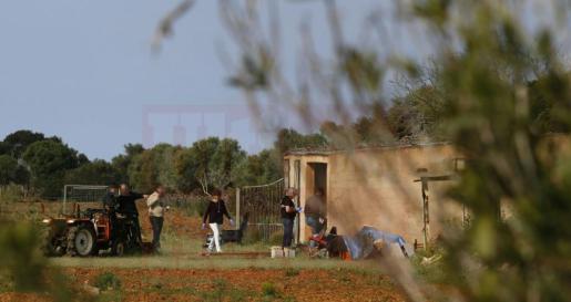 Los investigadores, en el lugar donde han hallado los dos cuerpos.