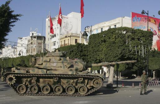 Soldados tunecinos hacen guardia junto a un tanque del Ejército situado en la plaza de la Independencia, en la capital de Túnez.