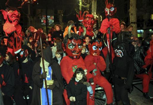 Un grupo de 'dimonis' junto al único demonio vestido de negro, conocido como 'Conguito'.
