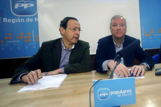 El presidente del Gobierno y del PP de la región de Murcia, Ramón Luis Valcárcel (d), y el alcalde de Murcia, Miguel Àngel Cámara.