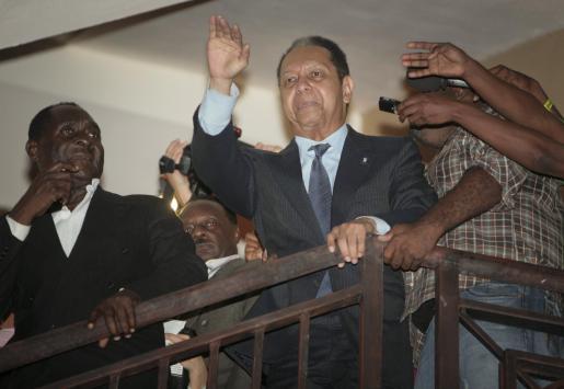 """Jean-Claude """"Baby-Doc"""" Duvalier saluda desde el hotel donde se aloja."""