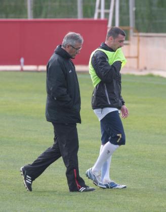 El entrenador del Mallorca, Gregiorio Manzano, dialogó ayer durante varios minutos con Fernando Varela en uno de los campos de entrenamiento de Son Bibiloni.