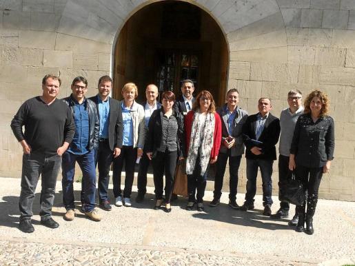 Los alcaldes del Pla (faltaban las primeras varas de Santa Eugènia, Petra y Ariany) se plantaron este miércoles en el Consolat para tratar de arrancar a la presidenta el compromiso de que conectará las redes municipales con la insular.