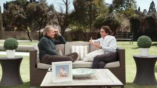 """Fotografía que muestra al expresidente del Gobierno José María Aznar en el programa """"Mi casa es la tuya"""", presentado por Bertín Osborne."""