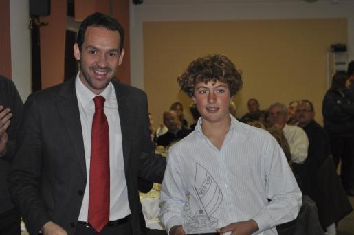 El presidente del Consell de Menorca, Marc Pons, con Fernando Villalonga, que se ha proclamado campeón de Menorca de la clase optimist 2010.
