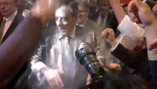 Imagen del candidato conservador, tras recibir el impacto de un paquete de harina.