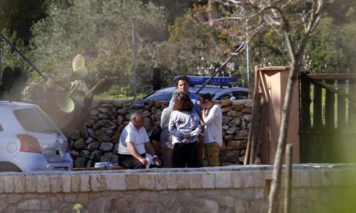 La familia de Julio Ramón Cano el pasado miércoles en la finca de Llucmajor, tras hallarse los cuerpos.