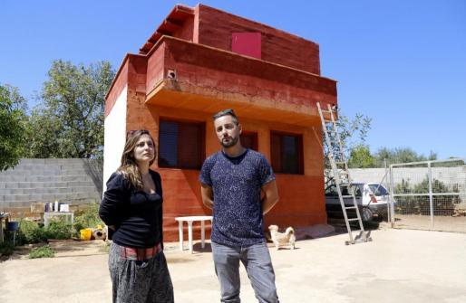 Los hijos de Araceli Currás, en la vivienda donde vivía su madre.