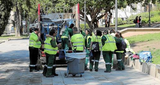 Trabajadores de Emaya en la plaza Progreso.
