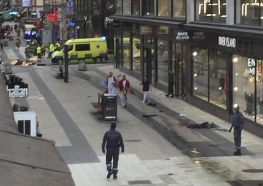 Vista de la calle donde un camión que ha atropellado a varias personas y que se ha estrellado contra una tienda de la calle comercial de Drottninggatan en el centro de Estocolmo