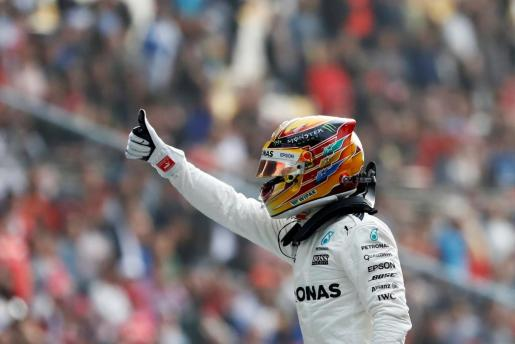 El inglés (1:31.678) iniciará la prueba en el trazado asiático compartiendo la primera fila con el alemán Sebastian Vettel (Ferrari), campeón en la cita inaugural de Australia.