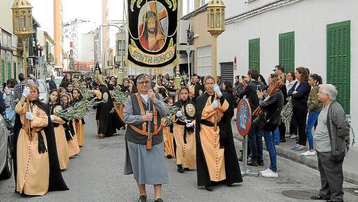 La cofradía de Santa Mónica y su paso desfilaron por Els Hostalets.
