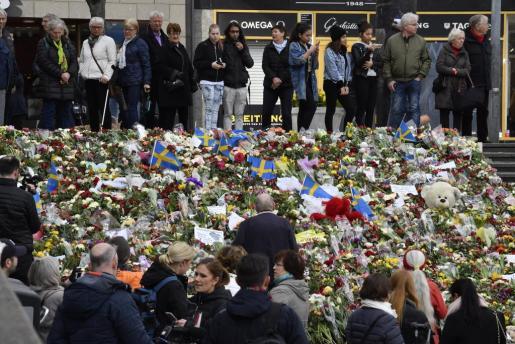 Miles de personas han mostrado su pesar por las víctimas del atentado en Suecia.